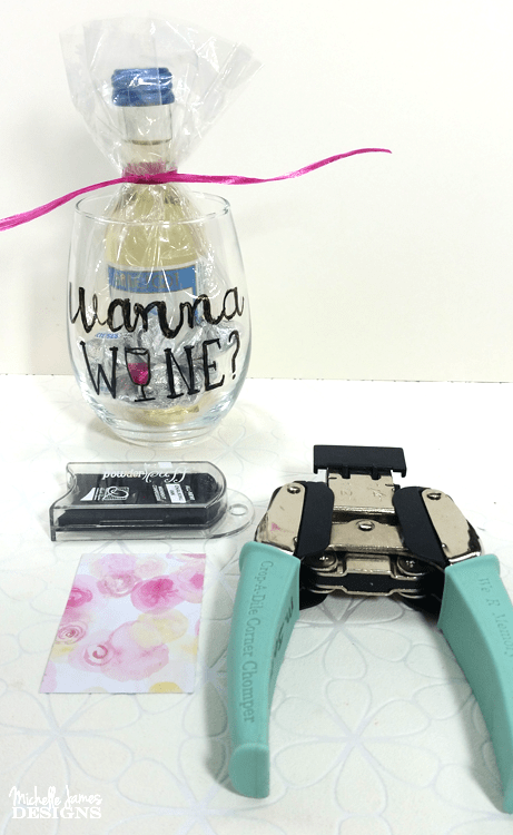Have you ever wanted to create your own design on a coffee cup or a glass vase? This technique using glass paint markers makes is possible and fun! - www.michellejdesigns.com