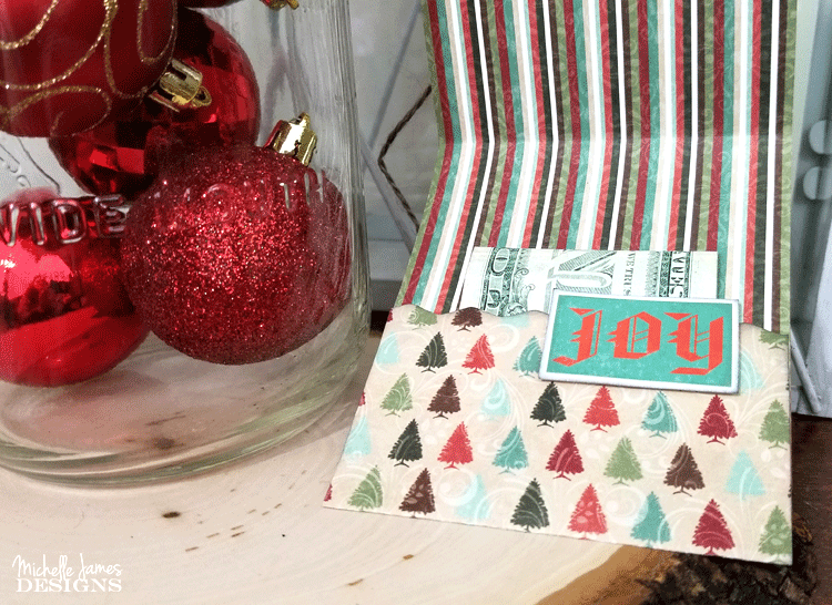 I love to give gift cards as gifts but sometimes the packaging can be just so so. Or..really expensive. You can create this Christmas Money Card in no time flat! - www.michellejdesigns.com