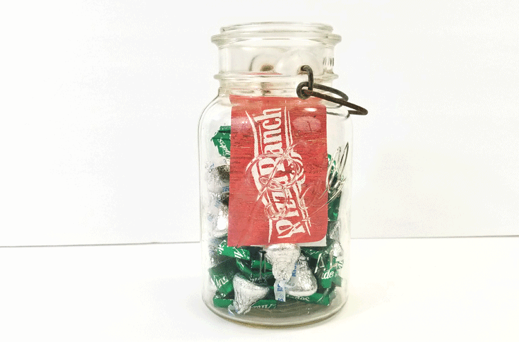 It is always hard to try to find a great way to package a gift card. If you love giving gift cards then check out this post for a great mason jar gift card packaging idea! - www.michellejdesigns.com #michellejdesigns #giftcardgiving #masonjargifts #diypackagaing