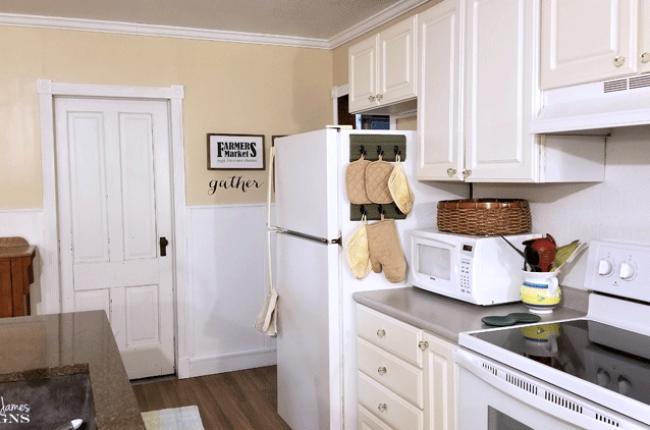 upcycled-kitchen-oven-mitt-organizer